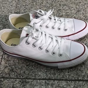 White chuck Taylor's low top